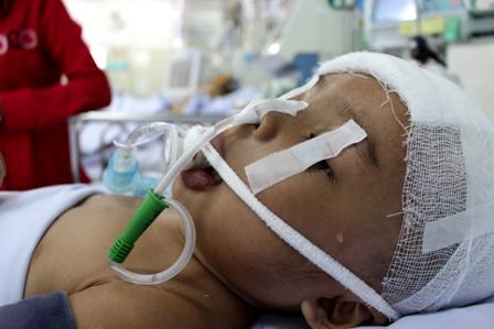 bị gia đình chối bỏ, cô bé chết dần trên giường bệnh, bé gái bị chối bỏ, tai nạn chấn thương sọ não