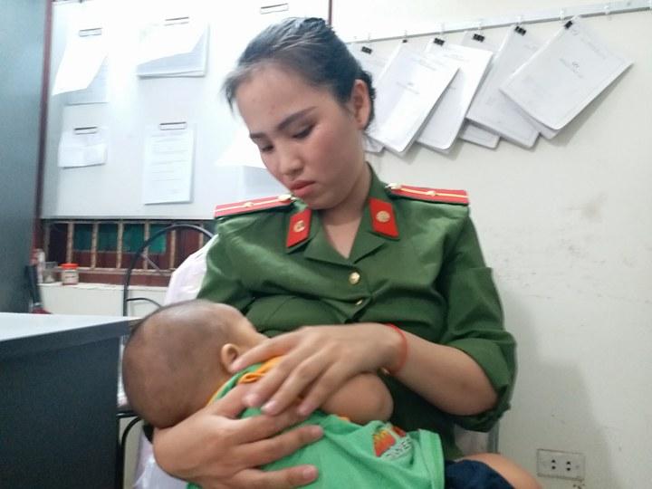 nữ cảnh sát cho bé bị bỏ rơi bú, hình ảnh đẹp, nữ cảnh sát cho bé 7 tháng bị bỏ rơi bú
