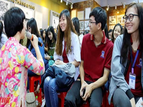 Sinh viên được cập nhật thông tin về các biện pháp ngừa thai hiện đại.