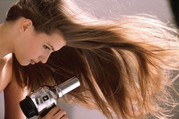 Sai lầm dùng máy sấy tóc của nhiều chị em gây hiểm họa