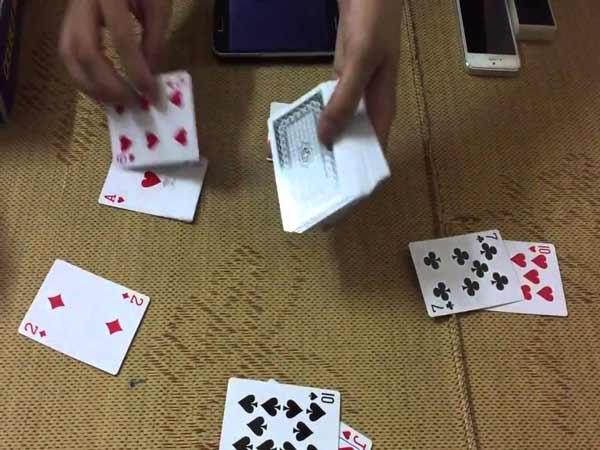 Xáo bài cũng là một quy trình rất dễ để thực hiện việc gian lận