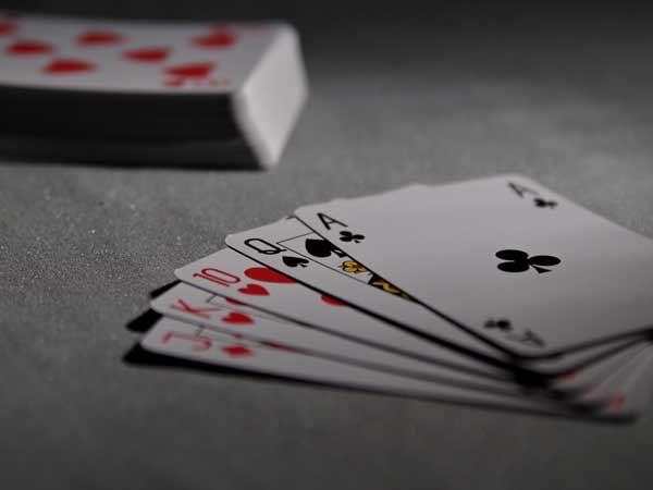 Một trong những chiêu trò gian lận trong game đánh bài tiến lên phỏm lên đó là giấu bài